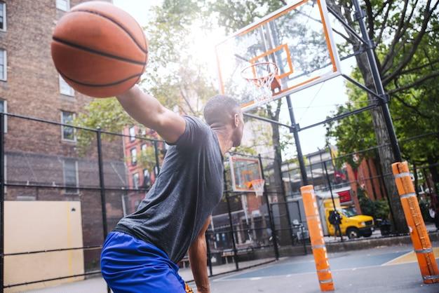 Addestramento del giocatore di pallacanestro su una corte