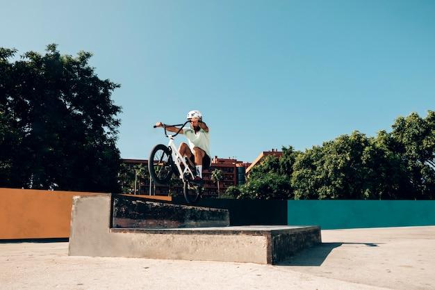 Addestramento del giovane nello skate park