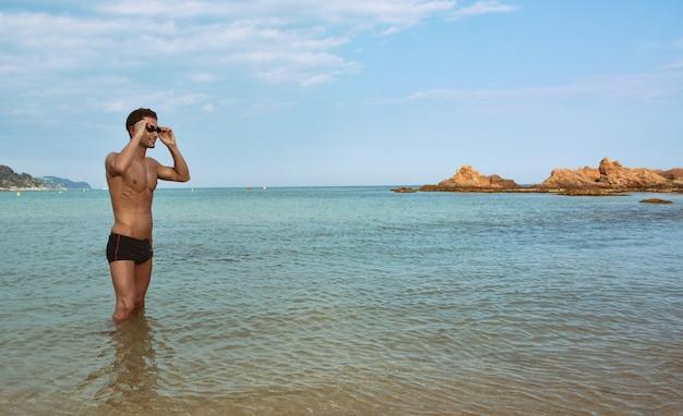 Addestramento del nuotatore sulla spiaggia