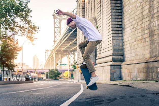 Addestramento del pattinatore in uno skate park a new york