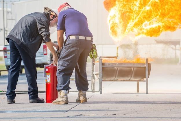 Addestramento del pompiere, addestramento annuale dei dipendenti antincendio con gas e fiamme