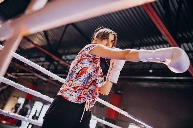 Addestramento del pugile della giovane donna alla palestra