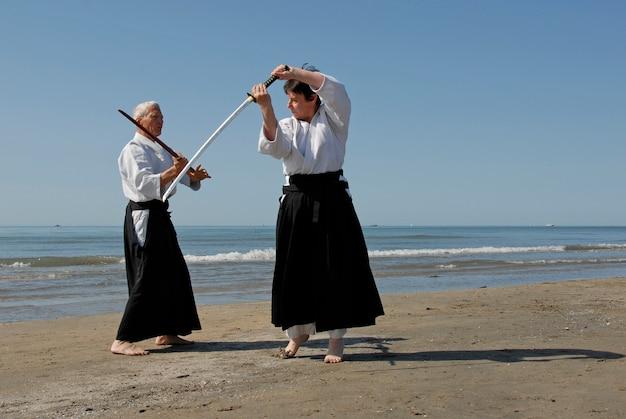 Addestramento dell'aikido sulla spiaggia