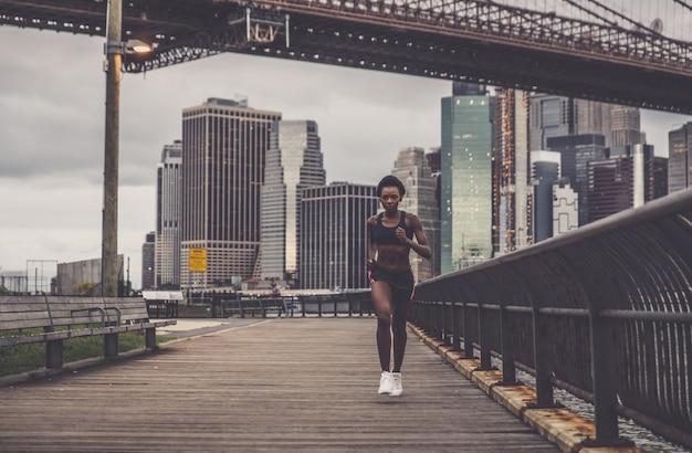 Addestramento della donna dell'atleta di mattina all'alba a new york city