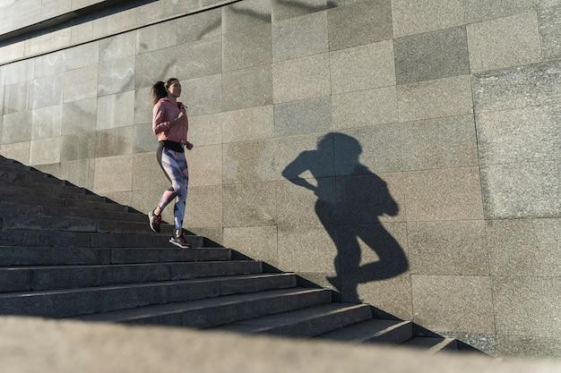 Addestramento della donna della foto a figura intera all'aperto