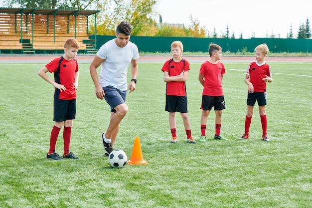 Addestramento della squadra di football americano del ragazzo