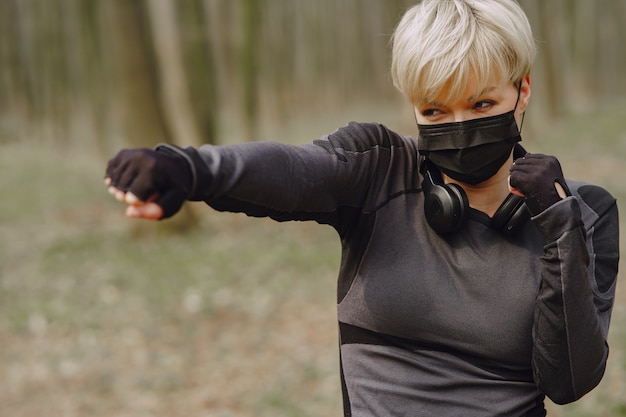 Addestramento mascherato della donna durante il coronavirus