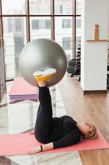 Addestramento senior della donna con la palla