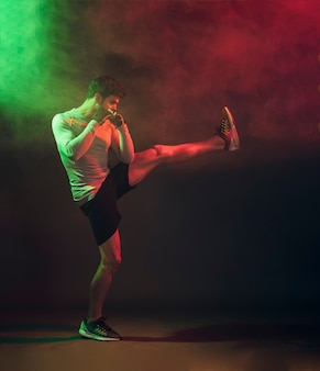 Addestramento sicuro del kickboxer in studio