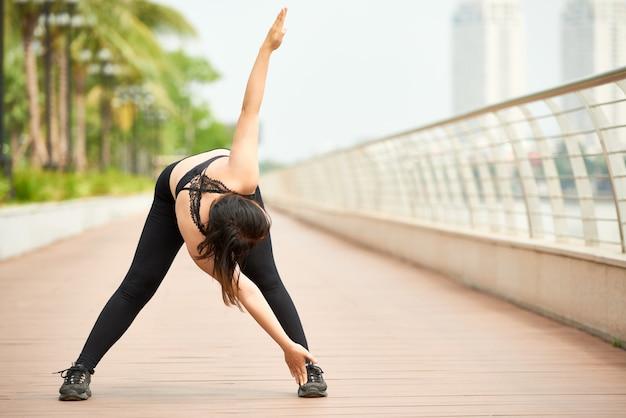Addestramento sportivo della donna sul lungonmare