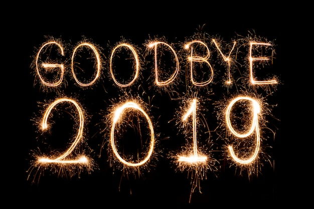 Addio 2019ï testo creativo happy new year scritta scintillanti stelle filanti isolate