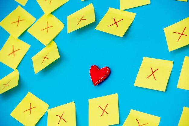 Adesivi colorati con fallito e un giocattolo a forma di cuore