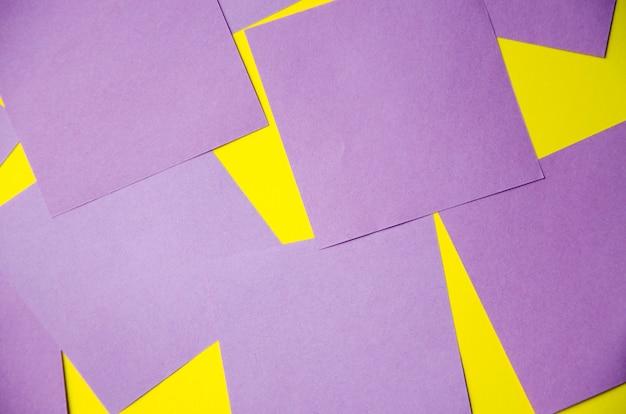 Adesivi multicolori per appunti, promemoria. su uno sfondo blu e giallo, adesivi attorno allo schermo. posto per il testo. copy space