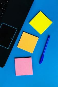 Adesivi per appunti vicino al laptop