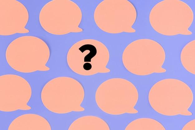 Adesivi rosa vuoti al centro un pezzo di carta con un punto interrogativo.