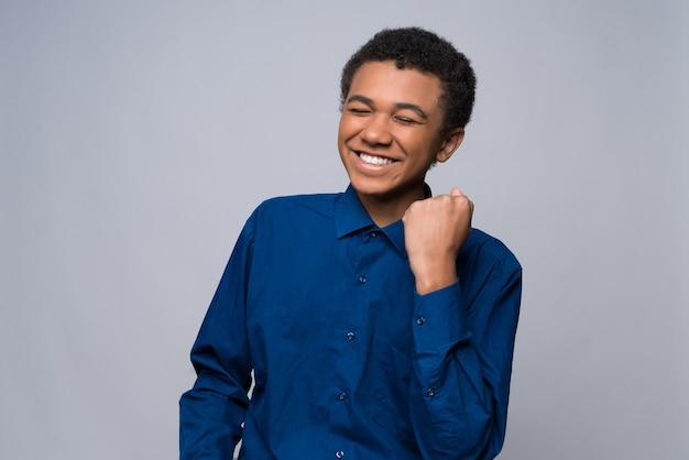 Adolescente afroamericano in camicia di jeans