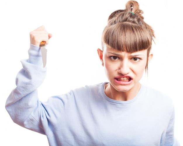 Adolescente aggressivo con un coltello