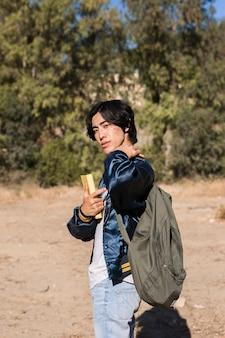 Adolescente asiatico con lo zaino in natura