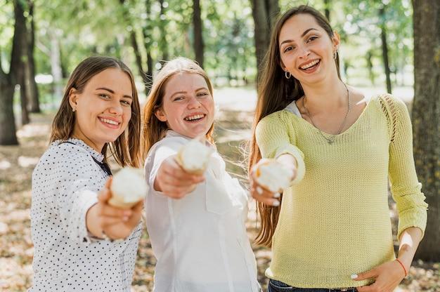 Adolescente che dà il gelato alla macchina fotografica
