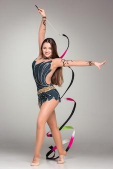 Adolescente che fa ballo di ginnastica con il nastro