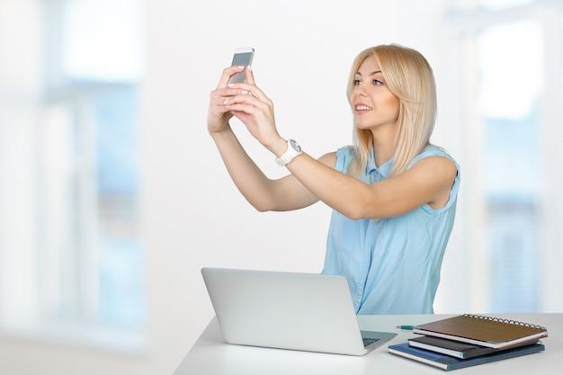 Adolescente che fa la foto del selfie con lo smart phone