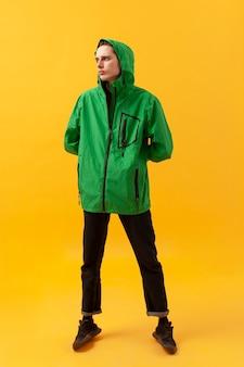 Adolescente che indossa giacca verde