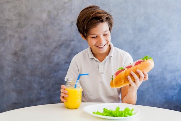 Adolescente che mangia prima colazione a casa