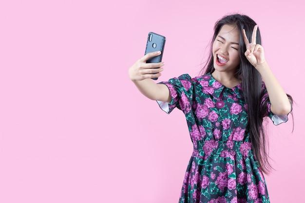 Adolescente che mostra le emozioni del telefono e del viso