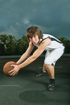 Adolescente con pallacanestro
