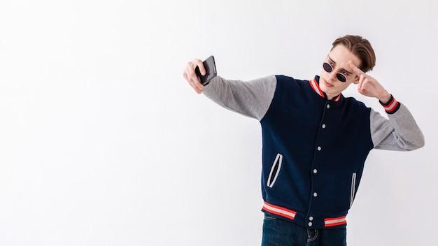 Adolescente del ritratto che prende i selfie