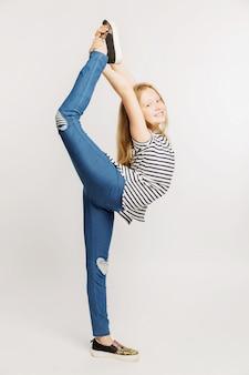 Adolescente della ragazza che fa posa di ginnastica