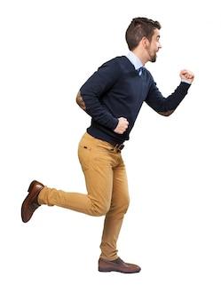 Adolescente divertente cercando di correre