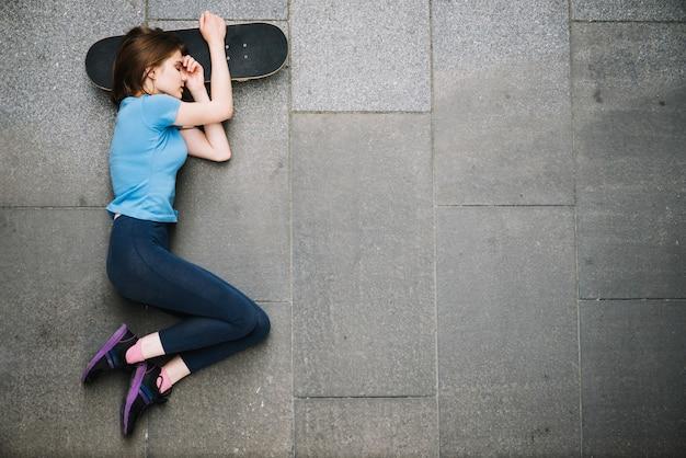 Adolescente, dormire, skateboard
