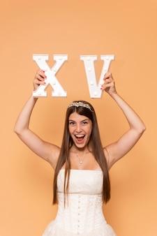 Adolescente felice che tiene i numeri romani