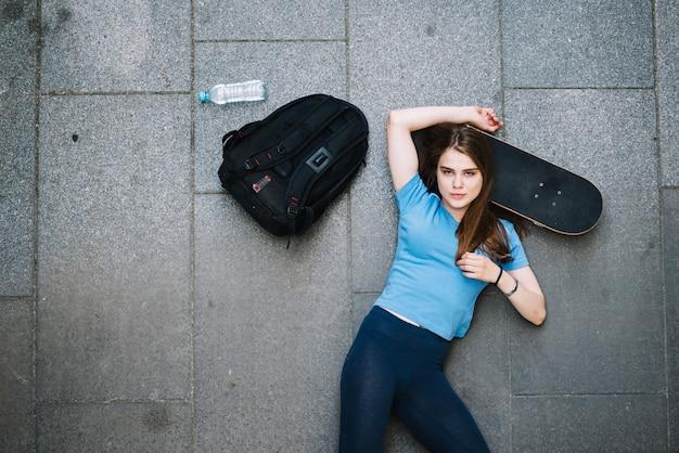 Adolescente, posa, testa, skateboard