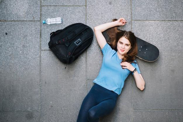 Adolescente, riposo, skateboard