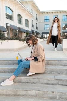 Adolescenti alla moda che si rilassano all'aperto