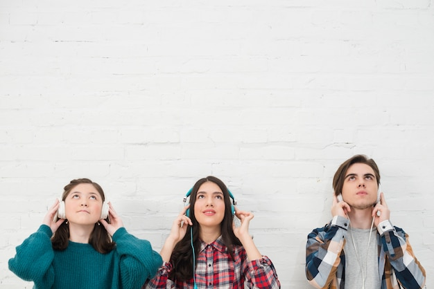 Adolescenti ascoltando musica