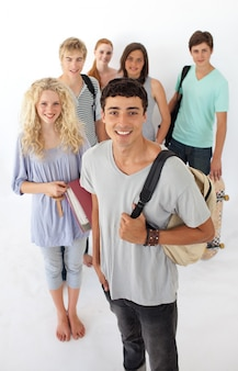Adolescenti che attraversano la scuola superiore