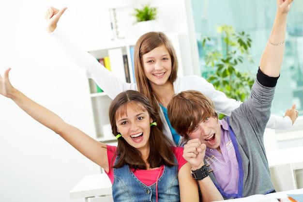 Adolescenti che hanno divertimento in classe