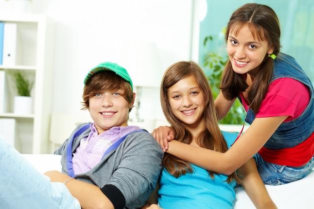 Adolescenti che hanno divertimento nel paese