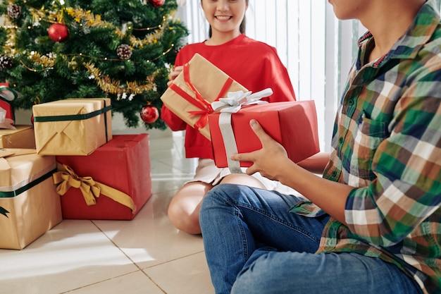 Adolescenti che scambiano regali di natale