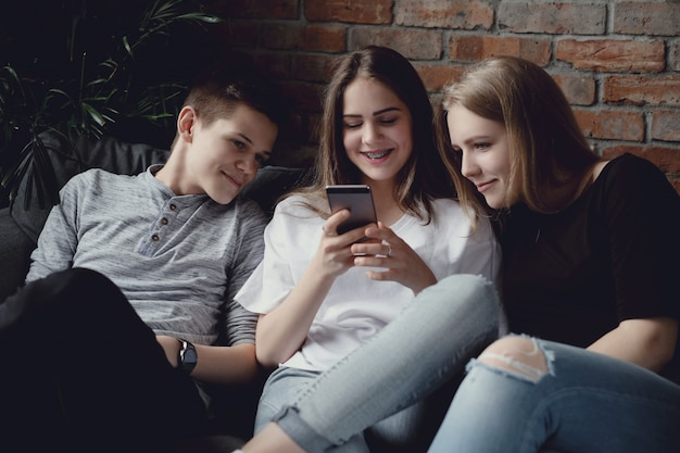 Adolescenti che utilizzano telefoni cellulari tramite telefoni cellulari