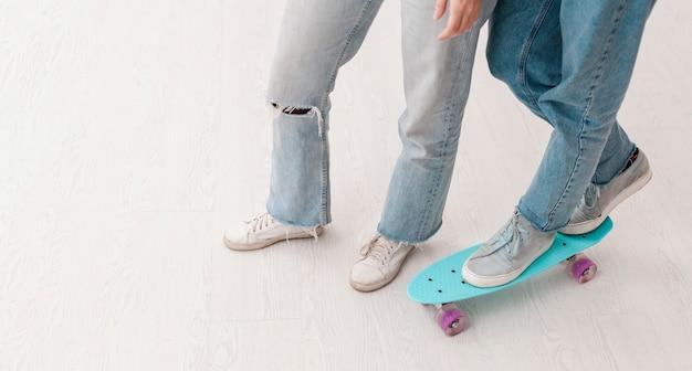 Adolescenti del primo piano con lo skateboard