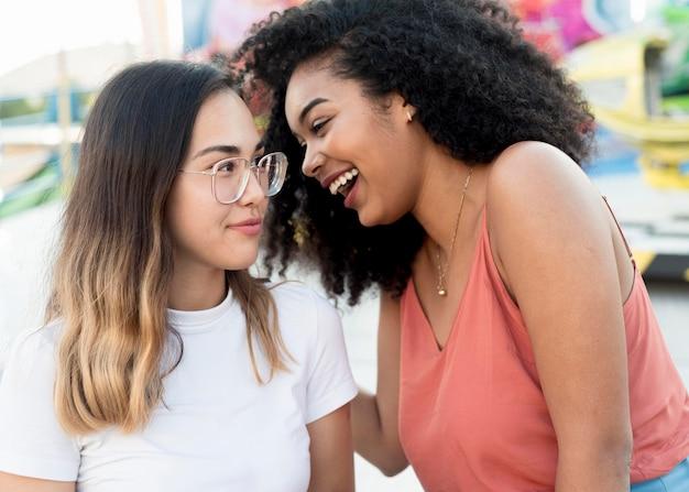 Adolescenti del primo piano divertendosi insieme