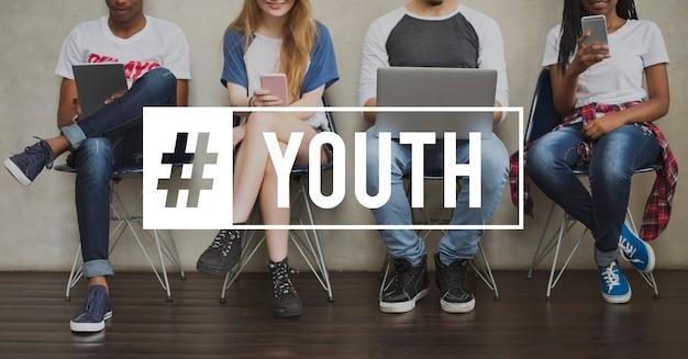 Adolescenti della generazione di giovani adulti della cultura giovanile