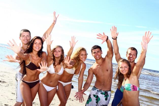 Adolescenti felici che giocano al mare