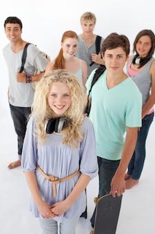 Adolescenti felici che sorridono alla macchina fotografica con i sacchetti