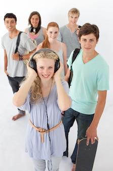 Adolescenti felici che sorridono alla macchina fotografica