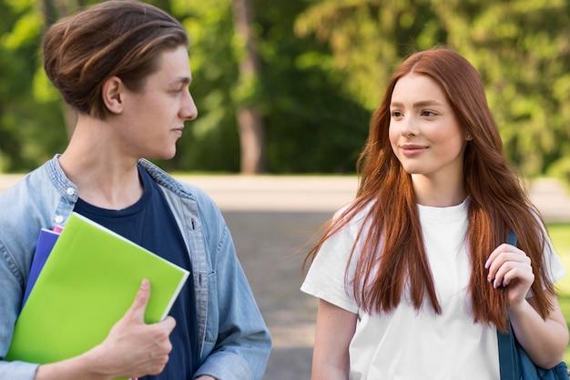 Adolescenti felici di tornare all'università